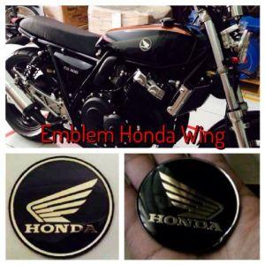Emblem Honda Wing di CB400 klasik