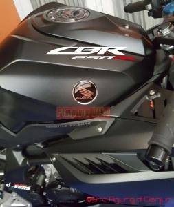 Emblem Honda Wing black terpasang di CBR 250RR. Keren dan matching banget dg desain tangki yg serba futuristis. Jadi ga pake-pake stiker kertas ala produk massal pabrikan deh hehe