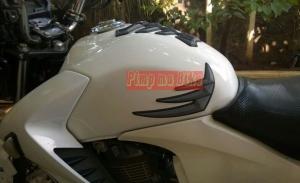 Tankpad 3D Honda set penampakan terpasang di Honda CB150R - samping