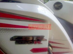 Emblem CBR250R + Honda Wing terpasang