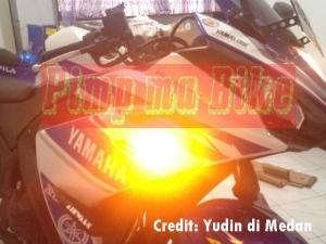 Sein tempel LED Oval clear terpasang di Yamaha R25_samping zoom nyala
