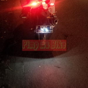 Baut lampu senja LED nopol_contoh nyala di belakang motor