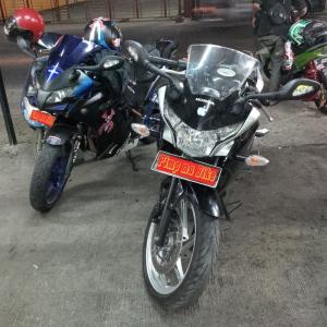 Dua CBR250R CBU sama-sama terpasang spion sein LED Ducati Monster