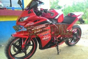 Kedok Hokage terpasang di CBR250R merah. Credit: Bro DQ di Kalimantan