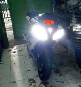 Lampu LED CREE H7 V16 Turbo Yamaha R6_tampak depan di garasi gelap. SUPERBRIGHT tapi IRIT listrik!