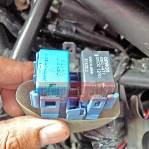 Relay Omron aftermarket bermerk Denso terpasang di soketnya CBR250R berjejeran dengan relay omron OEM CBR250R (hitam kanan). Sama persis kan!?