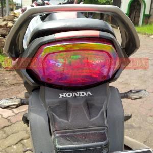 Stiker bunglon transparan merah yang dipasang di stoplamp motor. Tetap keren dan safety tanpa mengganggu pengendara lain!