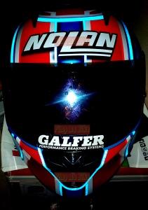 Stiker reflektif 3M biru tampak terpasang di helm Nolan. Meskipun gelap tapi tetap keren dan kekinian!
