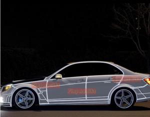 Stiker reflektif 3M putih. Contoh terpasangnya di mobil sport tampak samping saat malam hari. Tambah eye catching!