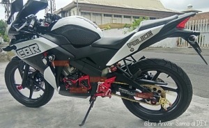 Modifikasi Acc Bikers CBR 150R Fi CBU_engine cover, sprocket cover, footstep underbon, as roda blkg_all red zoom out @Anwar Samsi