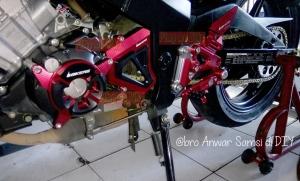 Area sektor mesin/crankcase kiri CBR15r CBU ini tampak lebih padat dan eksklusif dengan 3 item berikut: Engine Cover (pelindung/tutup mesin), Front sprocket cover (tutup gear), Footstep underbon.
