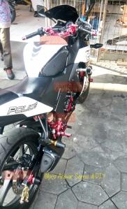 Modifikasi Bikers CBR 150R Fi CBU. Dalam gambar ini tampak terpasang stang set, shock adjuster, rotating bar clamps, footstep, engine cover, as roda, hingga chain adjuster. Parts masih banyak standaran, tapi aksesoris Bikers-nya bikin wah banget deh!